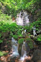 雪解け水が豊富な春から夏にかけてしか見られないことから名付けられた「幻の滝」
