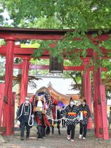 人馬の無病息災を願い、鬼越蒼前神社を参拝する馬主ら=12日、滝沢市鵜飼外久保