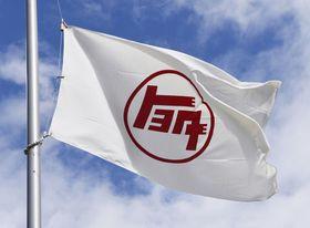 トヨタ自動車本社に掲げられている旗=2020年3月、愛知県豊田市