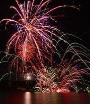 菱浦湾に打ち上がった花火=23日夜、島根県海士町福井(多重露光)