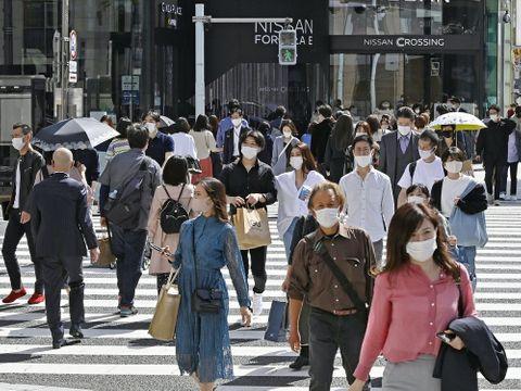 東京・銀座を行き交う人たち
