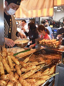 千代保稲荷の名物「串カツ」なぜ人気?店ごとに違う味、愛され続ける理由は