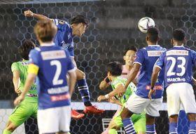 J1 川崎―湘南 試合終了間際、ヘディングで決勝ゴールを決める川崎・知念(奥左)。GK谷=等々力