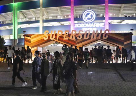 大規模音楽フェスティバル「スーパーソニック」を終え、会場のZOZOマリンスタジアムを後にする観客=19日夜、千葉市美浜区