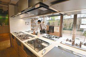 ガスレンジやレンジフードなどキッチン用品が並ぶ「交換できるくん」のショールーム=渋谷区で