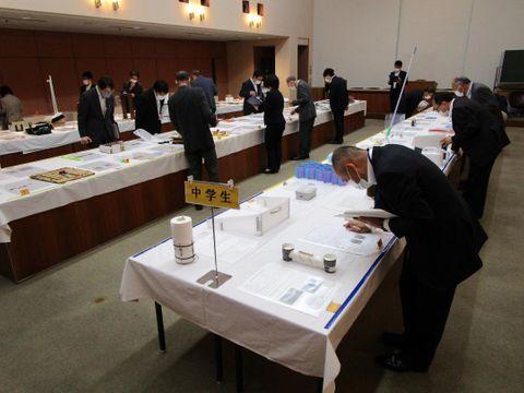 県発明工夫展に出品された作品の審査会の様子=水戸市桜川の県産業会館