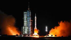 有人宇宙船「神舟13号」を搭載し、打ち上げられる「長征2号F遥13」=16日未明、中国・酒泉衛星発射センター(共同)