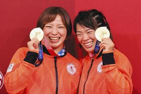 姉妹で金メダルを獲得し笑顔の川井梨紗子(右)と妹友香子=いずれも幕張メッセで