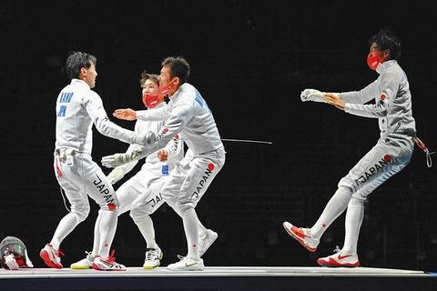 男子エペ団体で優勝し、喜ぶ日本チームの(左から)加納虹輝、山田優、見延和靖、宇山賢=幕張メッセで