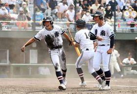4回裏樟南2死満塁、尾崎の右前打で三走西田(右)に続き二走今井(左)が生還=平和リース