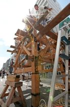 今年の祇園祭で一部山鉾が復活させる鉾建ては、くぎを使わず木部を縄で固定する技法で組んでいく(2018年7月10日撮影、京都市下京区・四条通新町東入ル)