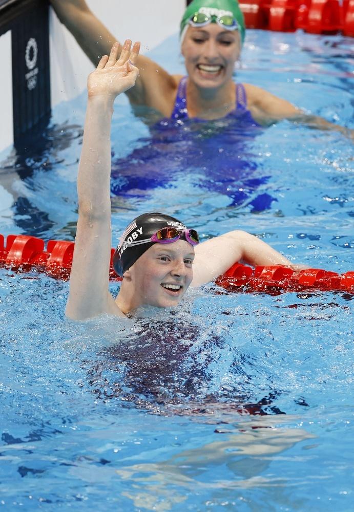 女子100㍍平泳ぎで優勝し、スタンドに手を振る米国のリディア・ジャコビー=東京アクアティクスセンター