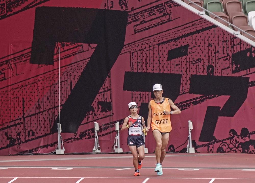 ゴールに向かう道下美里(左)。金メダルを獲得した=国立競技場