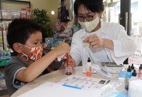 オリジナルペン作りを体験する参加者=五島市末広町、光洋社