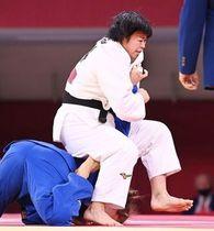 柔道女子78キロ級準決勝で、ドイツ選手から関節技で一本を奪い、決勝進出を決めた浜田尚里(撮影・軸丸雅訓)