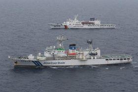 日韓合同訓練で捜索にあたるだいせん(手前)と韓国の警備艦=島根県沖、第8管区海上保安本部提供