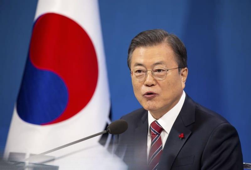 1月18日、ソウルの韓国大統領府で記者会見する文在寅大統領