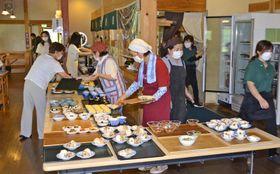 十和おかみさん市の料理も並ぶバイキング(四万十町十和川口の道の駅「四万十とおわ」)