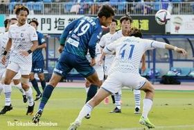 徳島対大分 前半、徳島の垣田(中央)がヘディングシュートを放つも相手GKに阻まれる=鳴門ポカリスエットスタジアム