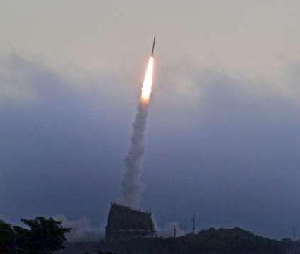 炎を上げて上昇する観測ロケット「S520-31号機」=27日午前5時半、肝付町の内之浦宇宙空間観測所