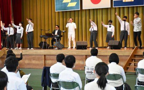 アルケミストと一緒にステージ上でダンスを披露する延岡しろやま支援学校高千穂校の生徒