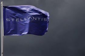 ステランティスのロゴが入った旗=5日、パリ近郊(ロイター=共同)