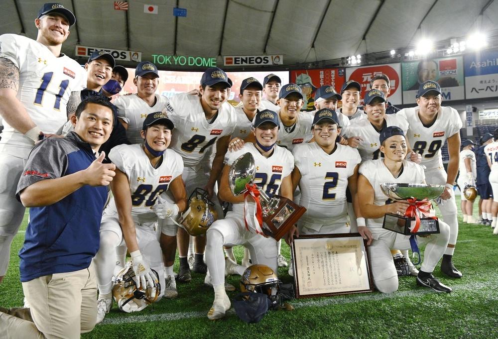 日本選手権、第74回ライスボウルで7年ぶり8度目の日本一に輝き、笑顔で記念写真に納まるオービックの選手ら=2021年1月3日、東京ドーム