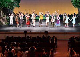 「はじまりの樹の神話 こそあどの森の物語」のカーテンコール。出演者に観客から盛大な拍手が送られた