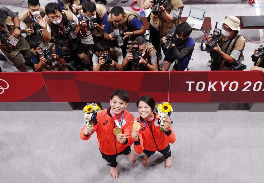 兄と妹で同日に金メダルを獲得した男子66㌔級の阿部一二三と女子52㌔級の詩を撮影する報道陣=日本武道館