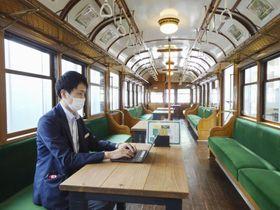 レトロな電車の中でテレワークをできるようにした、東急電鉄の「電車とバスの博物館」=29日午後、川崎市宮前区