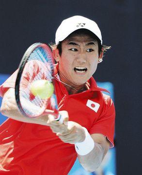 テニス男子シングルス1回戦の西岡選手=有明テニスの森公園で