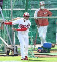 ノックをする河田コーチ(左)と、練習を見守る佐々岡監督(撮影・田中慎二)