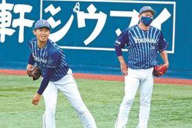 昨年8月以来の本拠地での練習で汗を流す横浜DeNA・今永(左)=横浜
