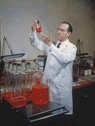 ポリオワクチンを開発したジョナス・ソーク博士(ゲッティ=共同)