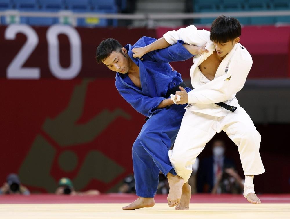 台湾の楊勇緯(右)と対戦する高藤直寿=日本武道館