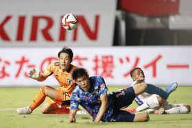 サッカー男子五輪強化試合 日本―ホンジュラス 後半、ゴール前で競り合い、ボールの行方を見つめるGK谷(左)。手前は冨安。オウンゴールとなった=ヨドコウ桜スタジアム