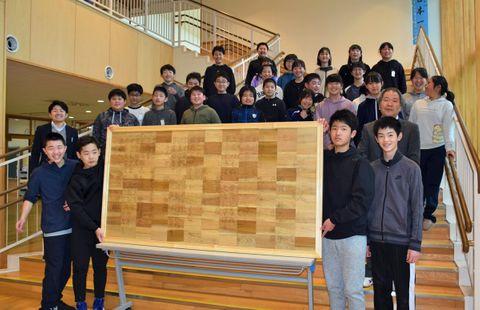 木彫りの校歌額完成 横浜小卒業生が制作