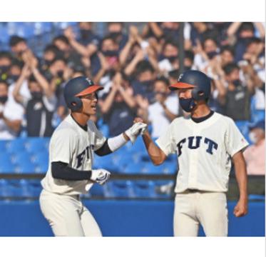 8回裏福井工大1死三塁、適時打を放ち塁上で笑顔の木村選手(左)=神宮球場で