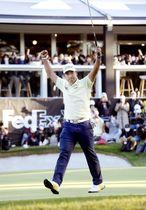 男子ゴルフの米ツアー大会、ZOZOチャンピオンシップで優勝を決め、ガッツポーズの松山英樹。ツアー通算7勝目を挙げた=24日、千葉県印西市の習志野CC