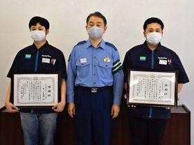 詐欺を防いで表彰された西斉史朗さん(右)と十史朗さん(左)=阿久根市の阿久根警察署