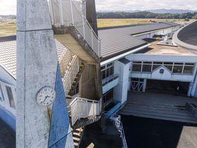 震災遺構として公開される福島県浪江町立請戸小の校舎。時計(左)は津波が到達した時刻で止まっている=18日(小型無人機から)