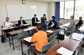 大会日程やコースの変更を正式に決めた東西松浦駅伝大会の代表者会議=伊万里市民センター
