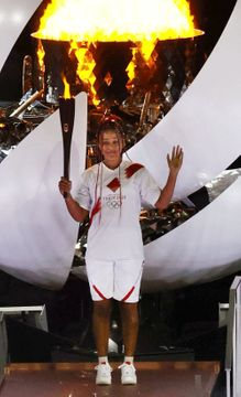 東京五輪の開会式で、聖火台に点火したテニス女子の大坂なおみ=23日夜、国立競技場