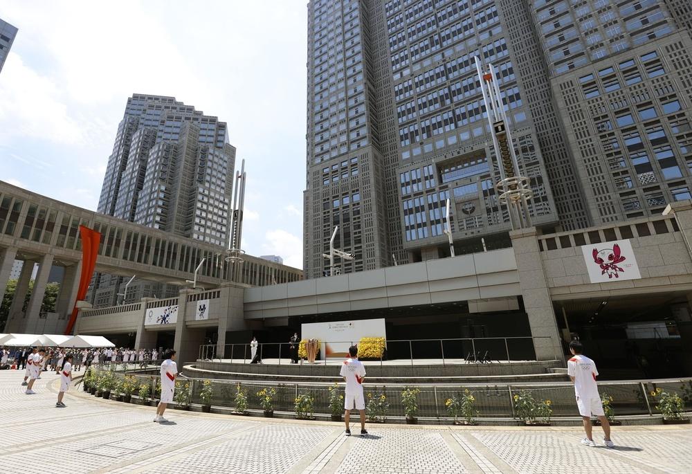 東京都庁の都民広場で始まった聖火リレーの到着式=23日午前