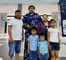 家族水入らずで集まった北青鵬(後列中央)=2020年夏、新千歳空港(エルデンビレグさん提供)