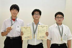 男子団体優勝の弘前高。左から徳田さん、前田さん、藤田さん