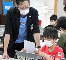 プログラミング塾でマイクラを使い授業を行うタツナミさん=4月、奈良県生駒市(本人提供)