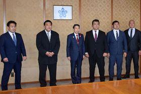 福岡県庁を訪れ、服部知事(左から3人目)に九州場所をPRした境川部長(左から2人目)ら