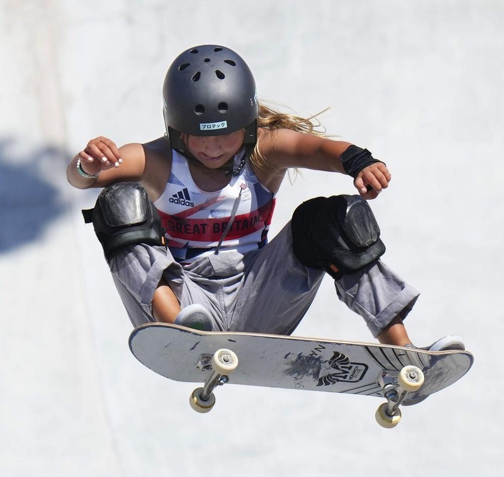 2021年8月4日、東京五輪スケートボード女子パーク決勝で演技する英国のスカイ・ブラウン。銅メダルを獲得した=有明アーバンスポーツパーク