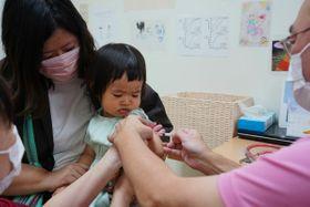 インフルエンザのワクチン接種を受ける子ども=15日午後、小山市美しが丘3丁目